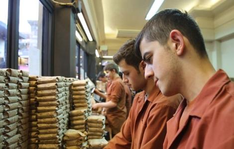 """Торговый ряд по продаже кофе """"Kurukahveci Mehmet Efendi"""""""