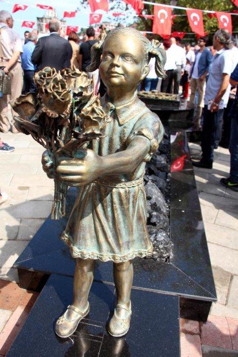 Памятник, посвященный девочке с цветами