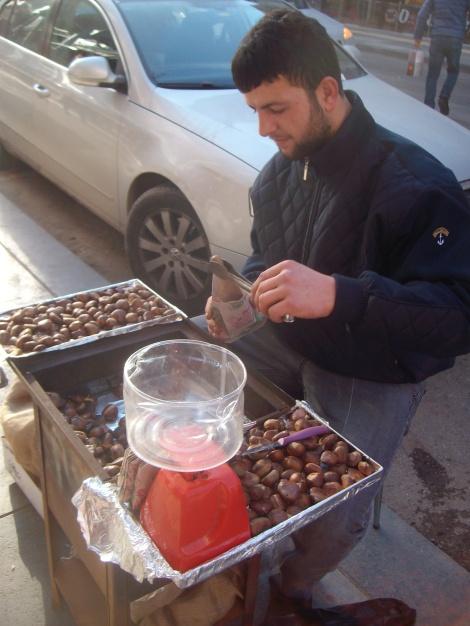 Сезон каштанов на тусовочном проспекте Tunalı Hilmi открыт