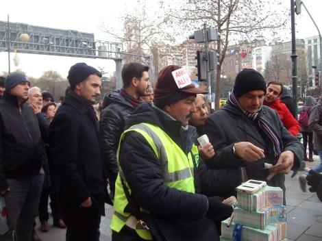 Бойкая продажа лотерей в центре Анкары