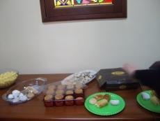После службы и причащения в церкви угощают гостей