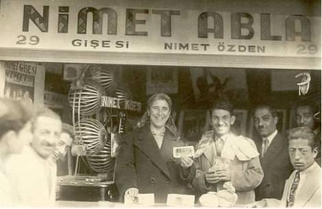 Нимет Абла с выигрышным билетом
