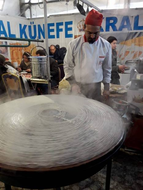 Процесс подготовки лапши для десерта Антакии Künefe
